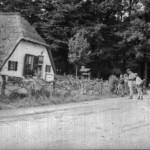 Vakantie op de Veluwe in 1963. Vlnr Frits, vader Joop en broer Mart bij een toen al antieke boerderij.